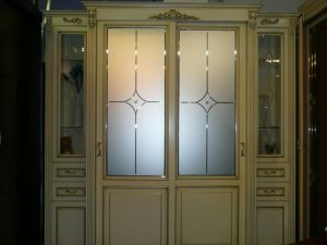 Классический шкаф купе массив с фацетными зеркалами и гравировкой Калуга